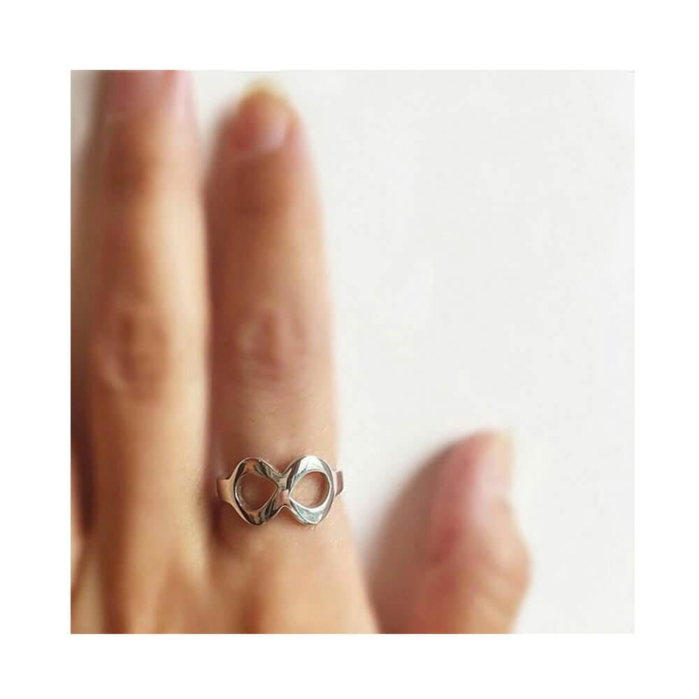 e952c05cc601 El anillo símbolo infinito significa lo que es ilimitado
